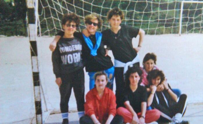 Equipo femenino de fútbol Las Ilegales: De izquierda a derecha, María Villergas, Francisca Domínguez y Paquita Harina. Agachadas, Carmelita Domínguez, Elisa, Montse y Mari Carmen.