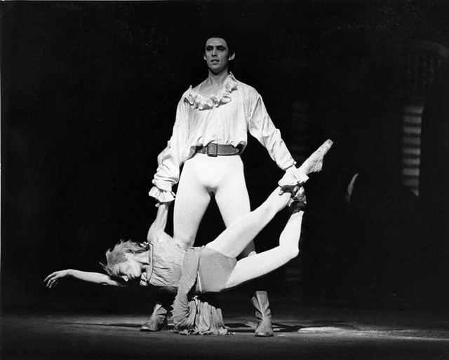 Viviana Durante as Manon and Guy Niblett as the Gaoler in Manon © Leslie E. Spatt 1991