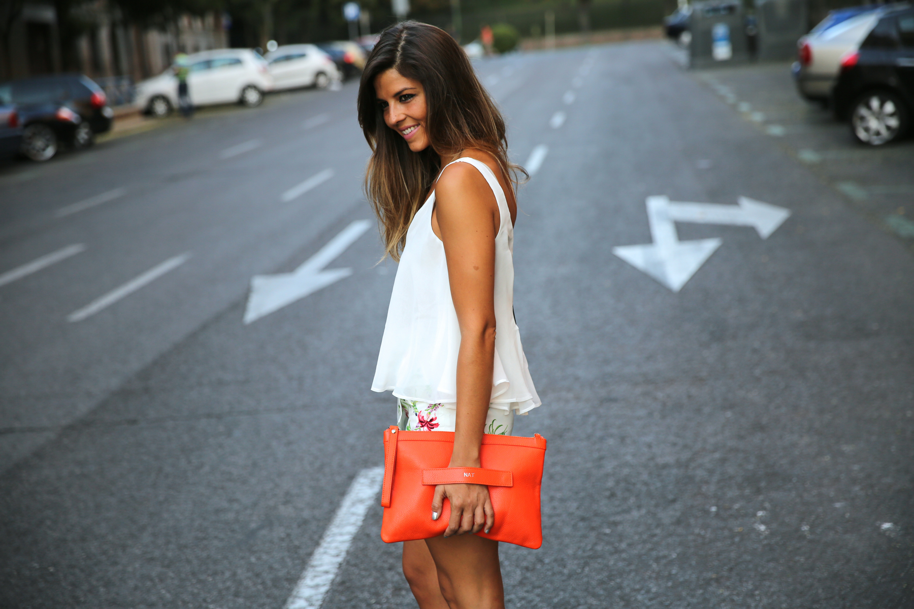 trendy_taste-look-outfit-street_style-ootd-blog-blogger-fashion_spain-moda_españa-sandalias_plateadas-silver_sandals-flower_print-falda_flores-top_blanco-3