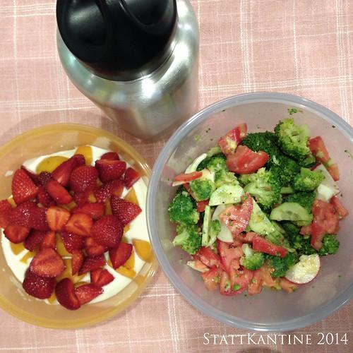 StattKantine 13.08.14 - Brokkolisalat, Joghurt mit Beeren, Apfelsaft
