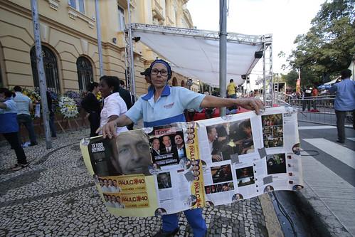 Populares foram para a frente do Palácio esperar o corpo de Eduardo
