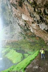la fille au manteau vert behind the falls