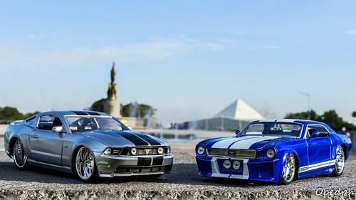 Generaciones (1:24) Ford Mustang GT 2010 & Ford Mustang 1965