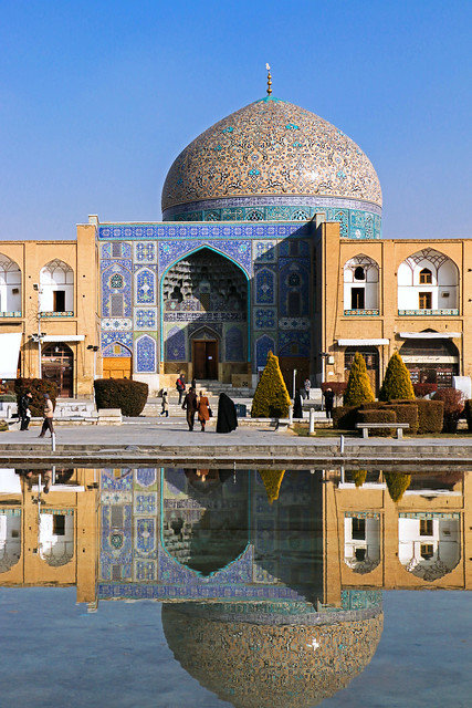 Sheikh Lotfollah mosque reflected on the pond, Isfahan イスファハン、水面に映るマスジェデ・シェイフ・ロトゥフォッラー
