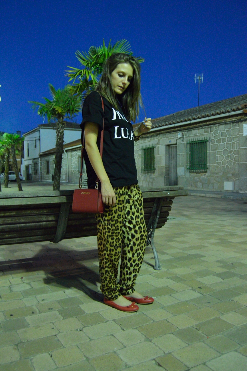 lara-vazquez-mad-lula-style-streetstyle-leopard-look-pops-of-red