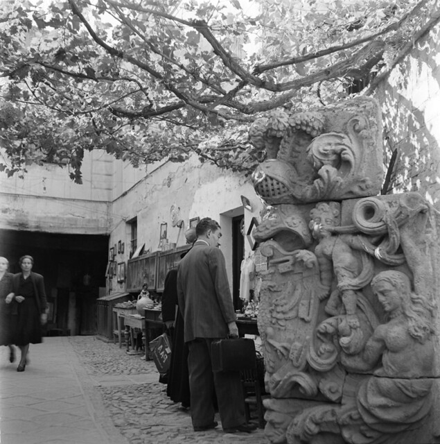 Pasadizo de Balaguer con sus antigüedades en los años 50. Fotografía de Francesc Catalá Roca © Arxiu Fotogràfic de l'Arxiu Històric del Col·legi d'Arquitectes de Catalunya. Signatura B_5713_469