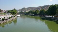 Widok z Mostu Pokoju, rzeka Kura Mtkvari, Tbilisi.