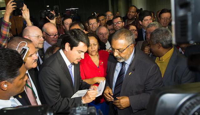 Senador Paulo Paim protocolando o pedido da CPI da previdência no senado - Créditos: Lula Marques/Agência PT