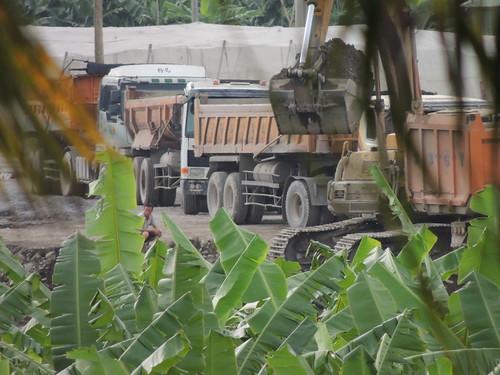 2014年6月24日下午530-630持續卡車來載陸砂出去。(圖文:大林里自救會)