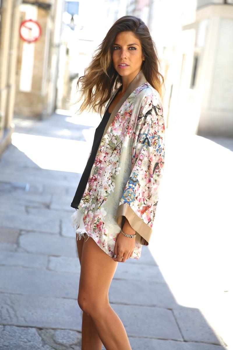 trendy_taste-look-outfit-street_style-ootd-blog-blogger-fashion_spain-moda_españa-kimono-white_sandals-sandalias_altas_plataformas-guess-denim_white_shorts-shorts_vaqueros_blancos-6