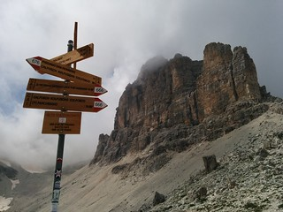 Pisciadù Klettersteig Wegweiser bei der Pisciadù Hütte