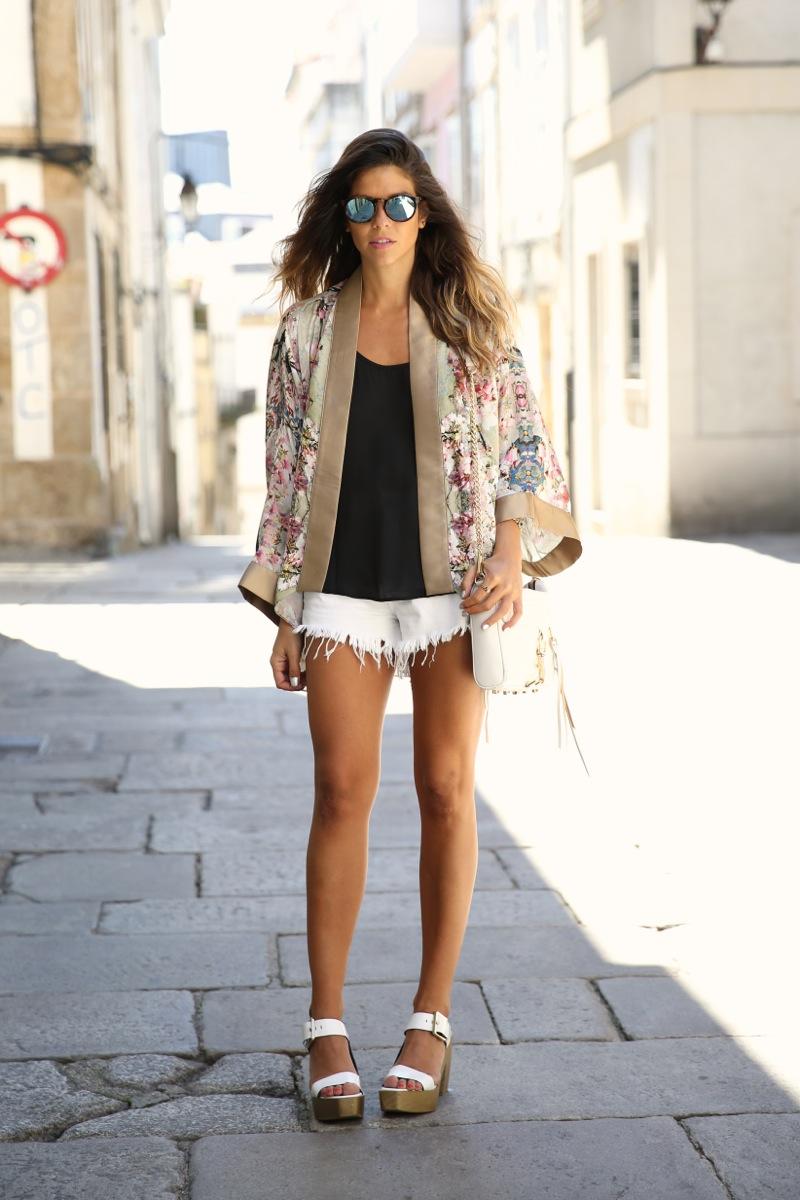 trendy_taste-look-outfit-street_style-ootd-blog-blogger-fashion_spain-moda_españa-kimono-white_sandals-sandalias_altas_plataformas-guess-denim_white_shorts-shorts_vaqueros_blancos-14