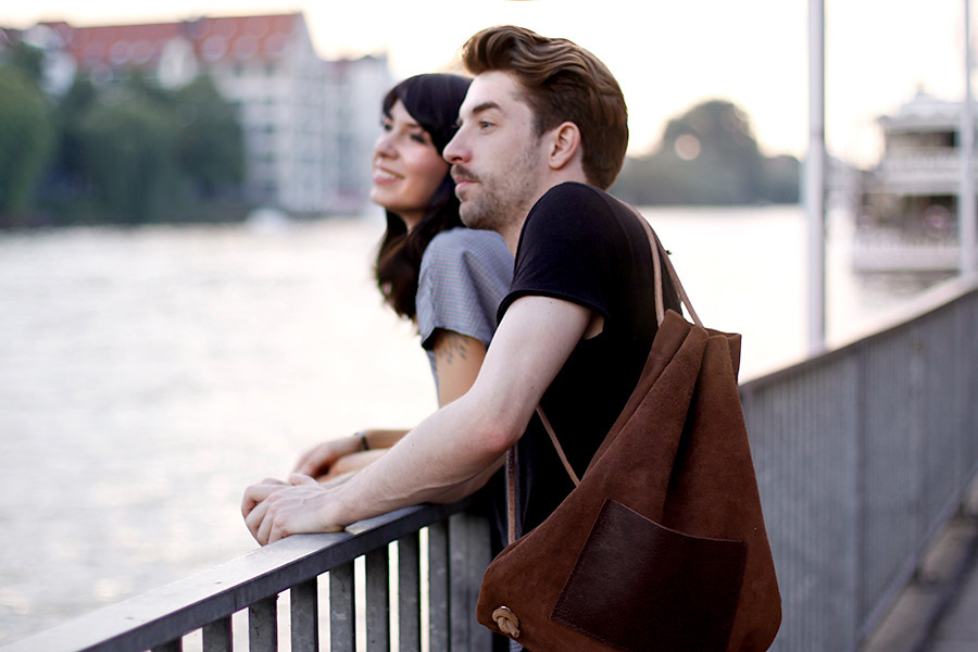Hevan Berlin backpack couple shooting Berlin Kreuzberg cute story fashion men girl boy nautical river fashion blogger CATS & DOGS Ricarda Schernus 6