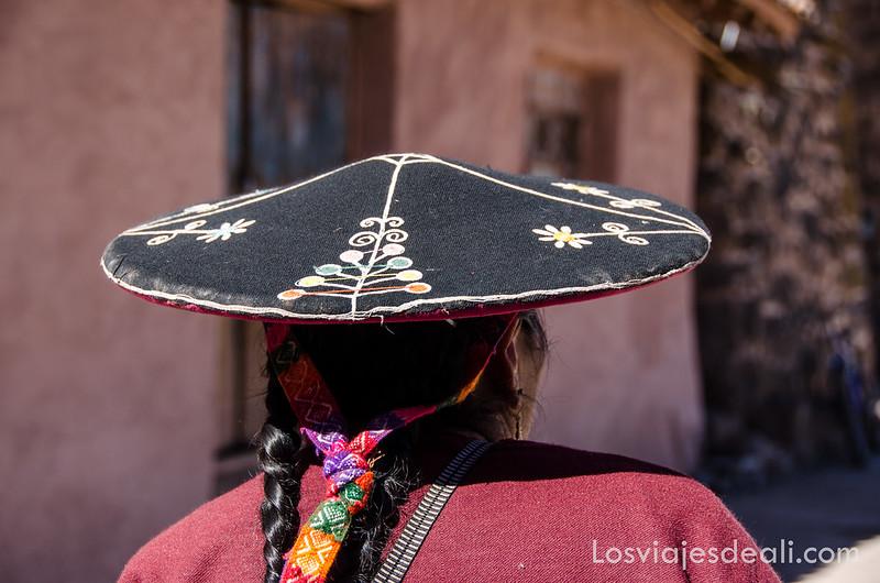 mujer de la ruta Sillustani y Raqchi