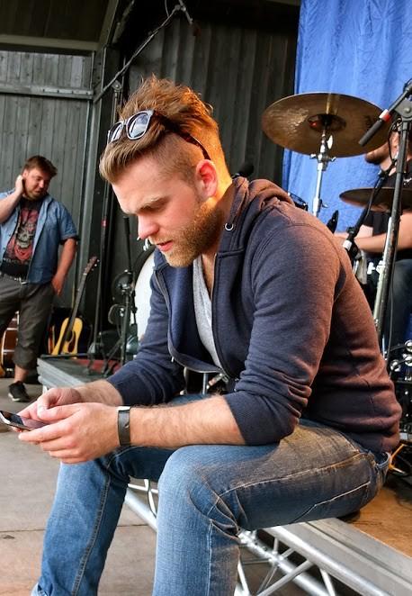Gaute Lein Ausrød sjekkar mobilen - obligatorisk på lydprøve.