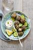 Boulettes d'agneau, sauce au yaourt et sésame