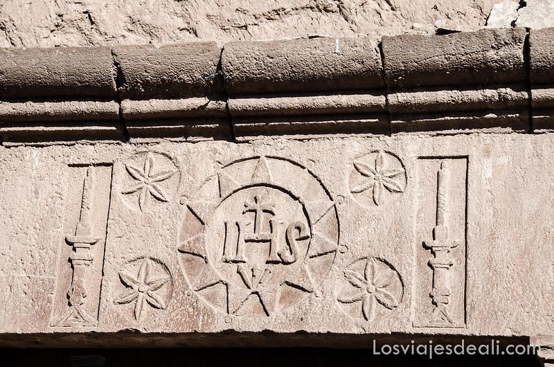 escudo de los portales de Moray junto a las salinas de maras