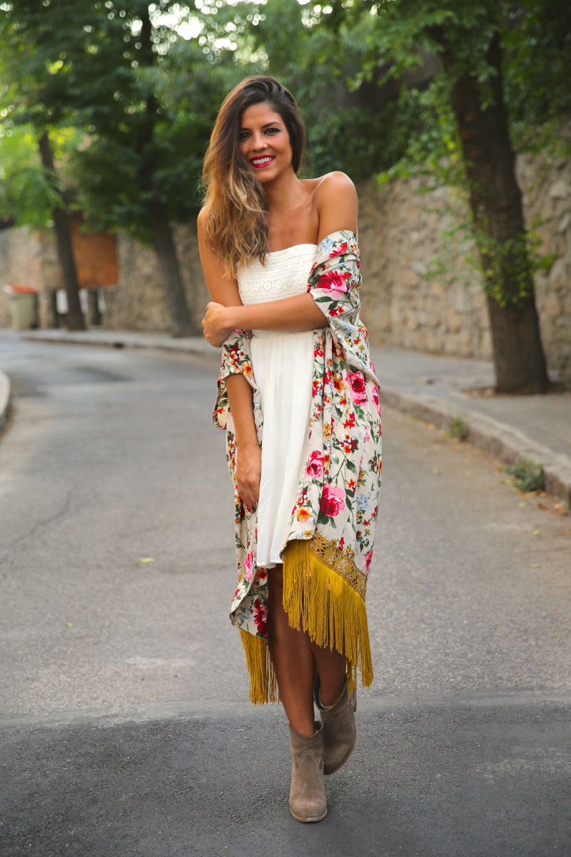 trendy_taste-look-outfit-street_style-ootd-blog-blogger-fashion_spain-moda_españa-kimono-vestido_blanco-vestido_verano-playa_beach-dress-cowboy_booties-botines_camperos-1