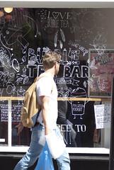 Jongen loopt voor bar/café