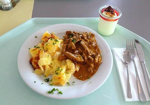 """Rindergeschnetzeltes """"Stroganoff"""" mit Kartoffelgratin / Beef chop """"Stroganoff"""" with potato gratin"""