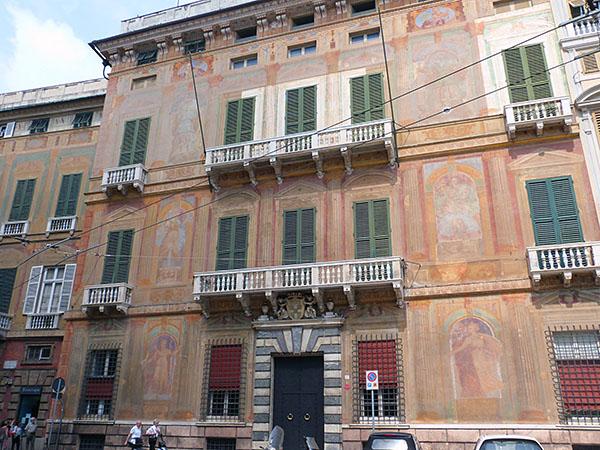 façade piazza fontana