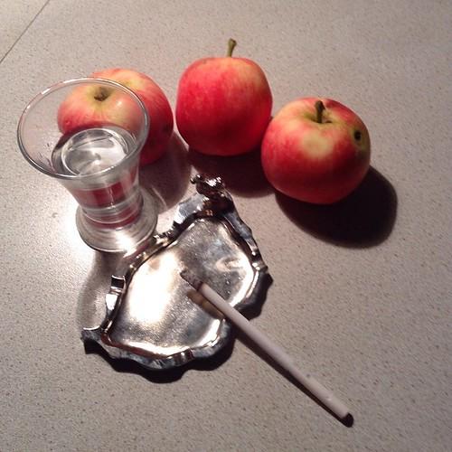 Первые летние яблочки - лучшая закуска))) #старыйкрым  #нездороваяпища