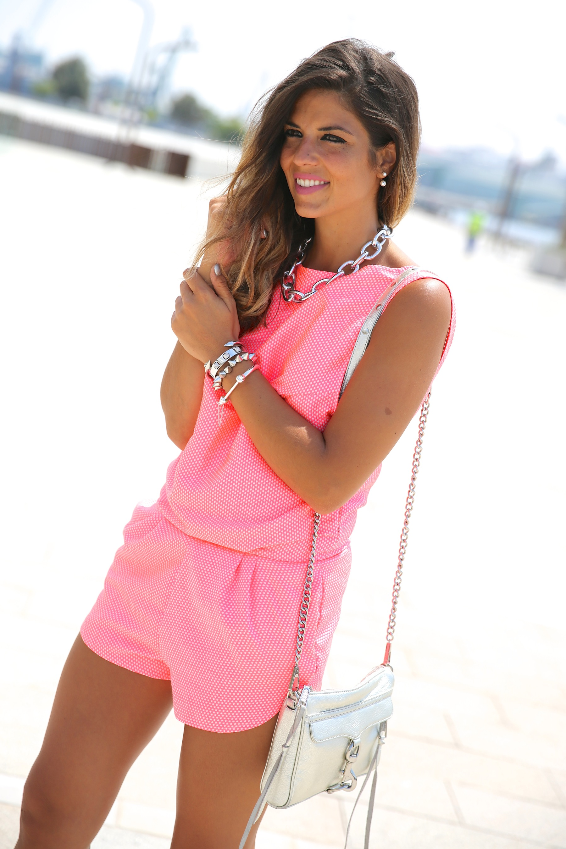 trendy_taste-look-outfit-street_style-ootd-blog-blogger-fashion_spain-moda_españa-silver_bag-bolso_plata-mono_rosa-mekdes-coruña-marina-5