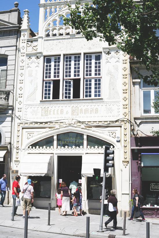 livraria lello, porto, portugal, liten