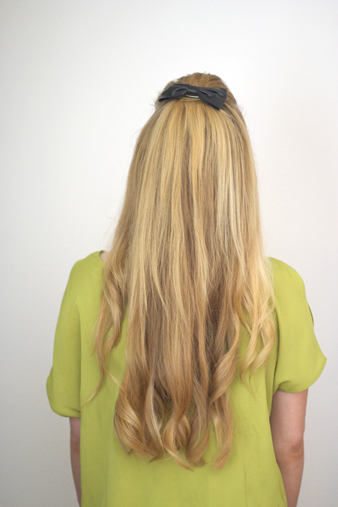 volumized loose curls with bow hair clip using garnier texture tease spray