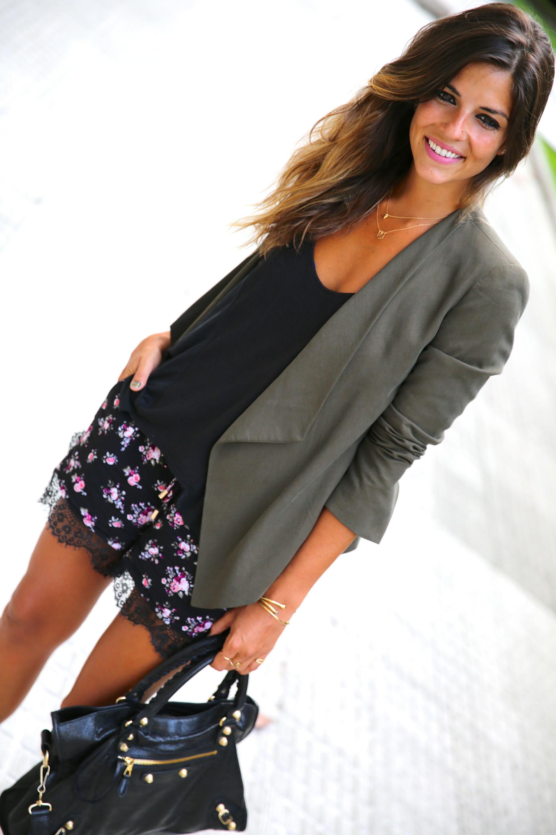 trendy_taste-look-outfit-street_style-ootd-blog-blogger-fashion_spain-moda_españa-khaki_blazer-blazer_caqui-flower_print-estampado_flores-shorts-botines_charol-5