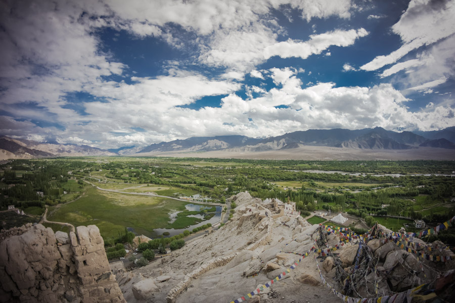 Вид на долину Ле с Шей Гомпы. Монастыри Ладакха (Монастыри малого Тибета) © Kartzon Dream - авторские путешествия, авторские туры в Ладакх, тревел фото, тревел видео, фототуры