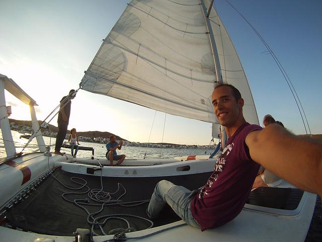 Miguel Egido de Diario de un Mentiroso al atardecer en catamarán por Menorca