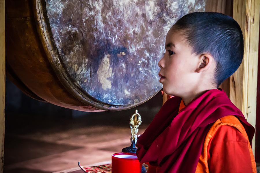 Молодой монах в зале для пудж. Монастырь Ламаюру (Монастыри малого Тибета) © Kartzon Dream - авторские путешествия, авторские туры в Ладакх, тревел фото, тревел видео, фототуры