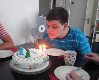 John pustet fast die Kerzen aus