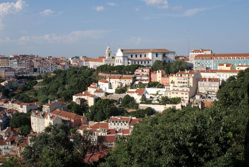 Vue sur l'église et l'esplanade de Graça depuis le chateau Saint George à Lisbonne.