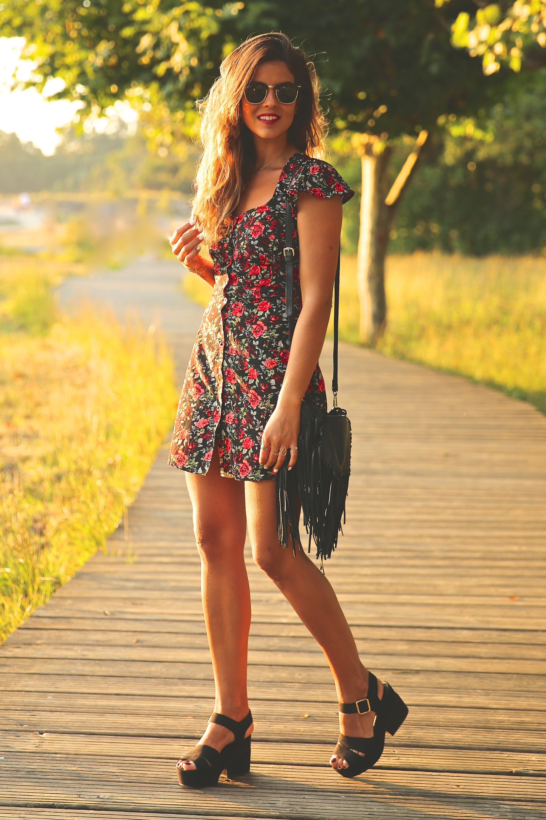 trendy_taste-look-outfit-street_style-ootd-blog-blogger-fashion_spain-moda_españa-flower_print-dress-vestido-flores-sandalias_negras-black_sandals-platforms-sunset-playa-beach-summer-15