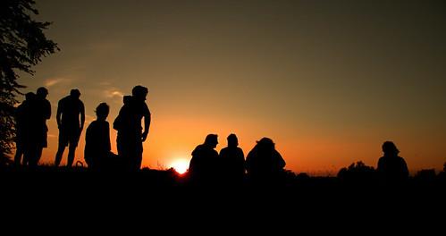 sunset summer people silhouettes solstice wiltshire avebury pagen monolithic 21stjune