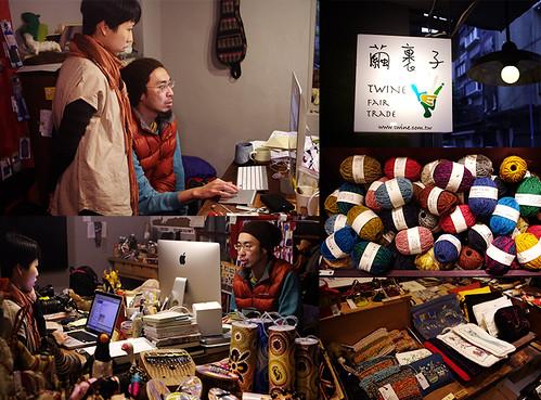 店內陳列著來自世界各地公平貿易組織的商品,Vinka(右)與Liz(左)不時就店鋪與網路營運的狀況進行討論。攝影:陳姵穎