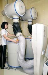 圖為日本敦賀核電廠附近小學會議室的放射線隔絕換氣設備。引用自福井新聞。