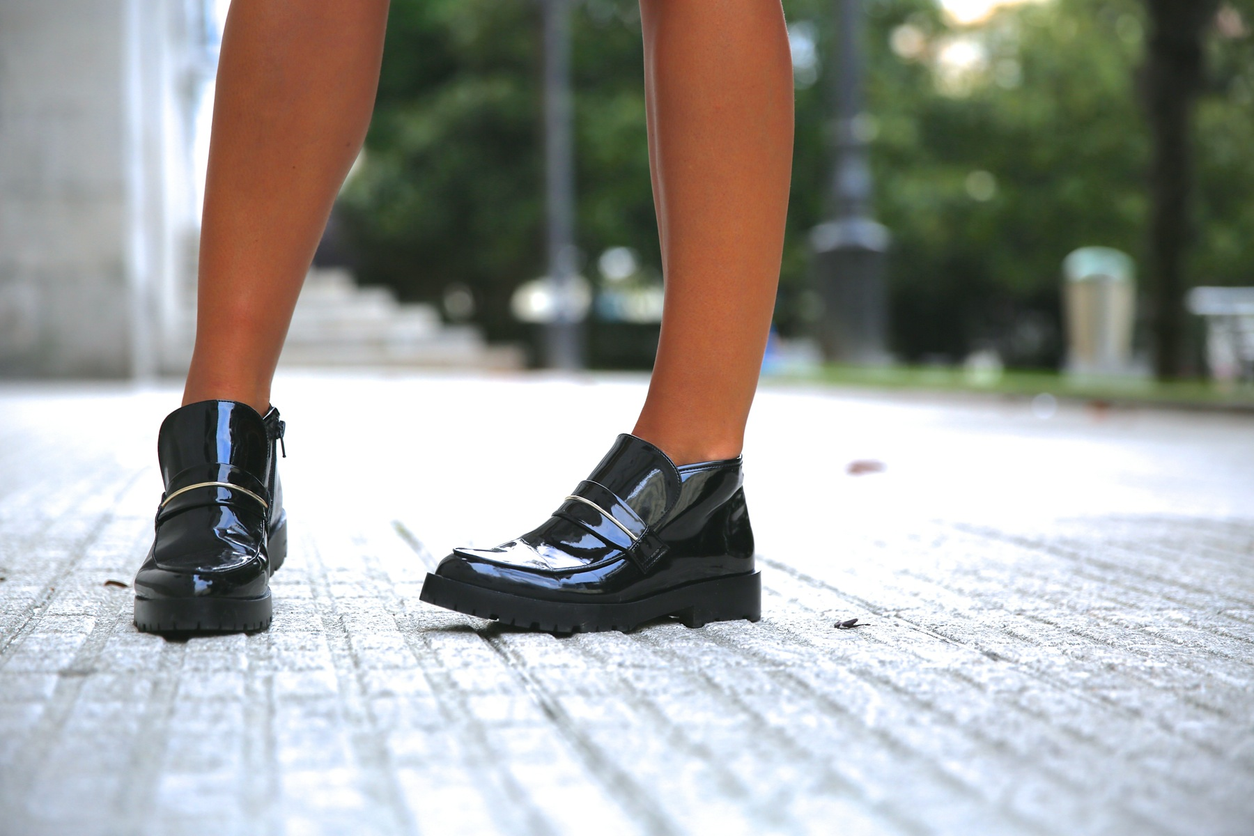 trendy_taste-look-outfit-street_style-ootd-blog-blogger-fashion_spain-moda_españa-khaki_blazer-blazer_caqui-flower_print-estampado_flores-shorts-botines_charol-1