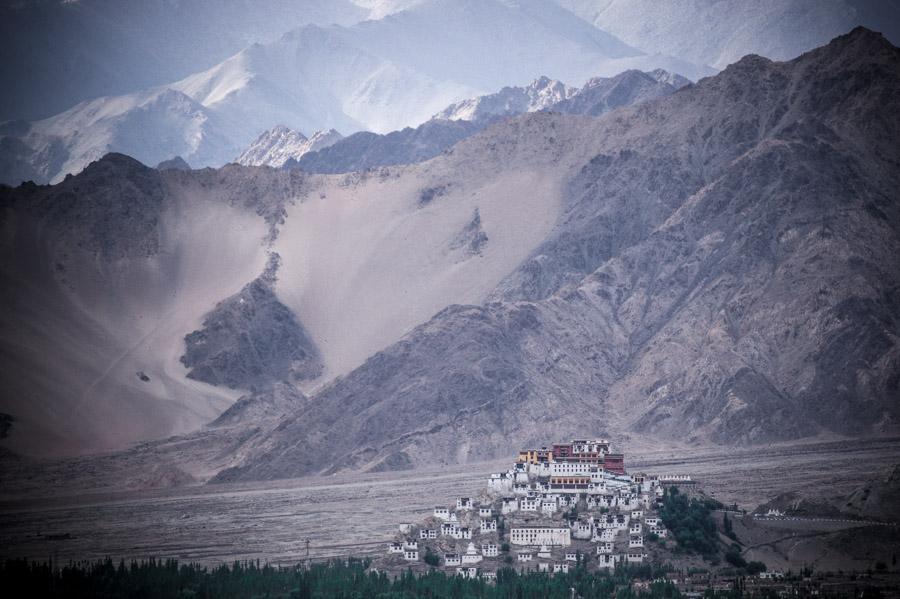 Вид на монастырь Тикси © Kartzon Dream - авторские путешествия, авторские туры в Индию, тревел фото, тревел видео, фототуры