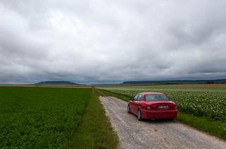Ma Jaguar X-Type au milieu des champs, en direction du Mont Aimé