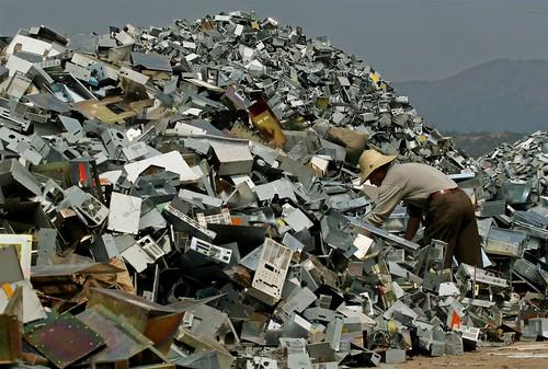 堆積如山的電子垃圾,往往造成發展國家處理人員及附近居民健康疑慮,而且解決不了。(圖:台灣綠色和平組織)