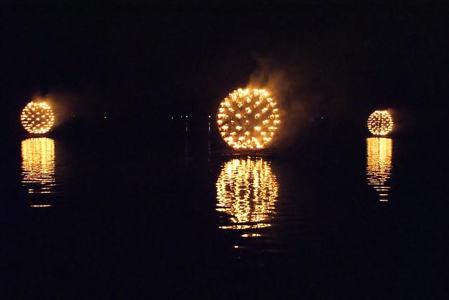 Spectaculaire installation sur le lac du parc de la Tête d'or pendant la fête des Lumières.