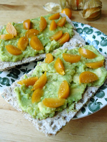 Crispbread with avocado and groundcherries