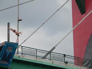 Saltando desde el Puente de la Salve.