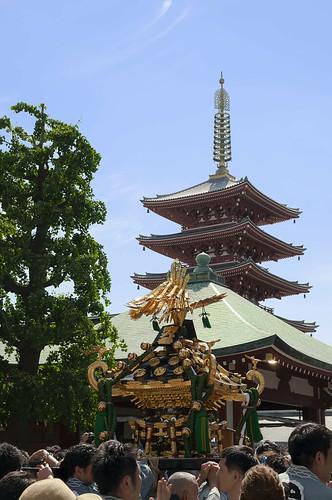 神輿と仏塔