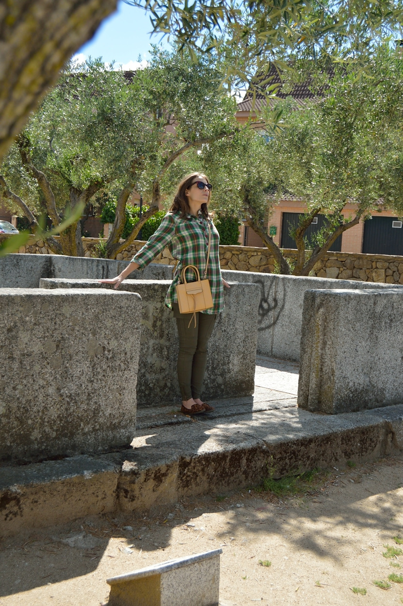lara-vazquez-madlula-blog-fashion-green-look-pop-of-camel