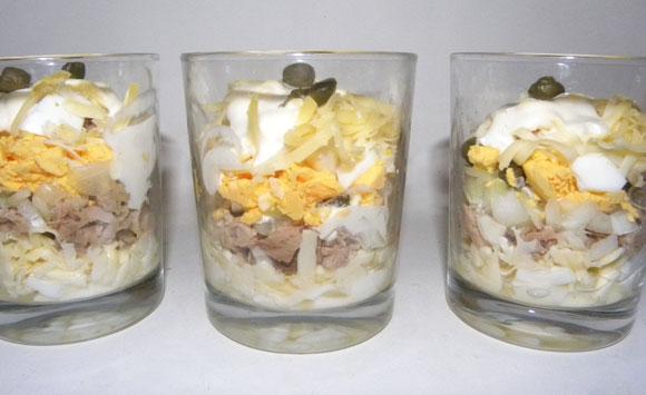 Schichtsalat mit Käse & Thunfisch