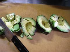 アボカドは1~2cm角に切り揃えます